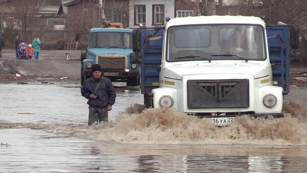 СПУТНИК_ Около 1500 человек эвакуированы  из-за рекордного наводнения на Алтае - Sputnik Узбекистан