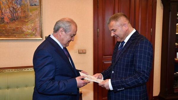 Глава МИД Узбекистана Абдулазиз Камилов и вновь назначенный чрезвычайный и полномочный посол Беларуси Леонид Маринич - Sputnik Узбекистан