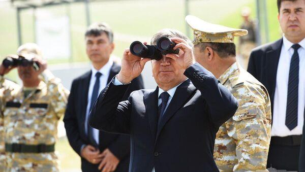 Президент Узбекистана Шавкат Мирзиёев наблюдает за учениями на полигоне Фориш - Sputnik Узбекистан