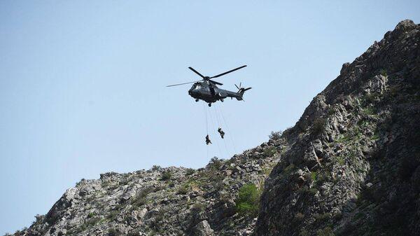 Узбекские военные отрабатывают высадку десанта на полигоне Фориш - Sputnik Ўзбекистон