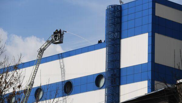 Сотрудники противопожарной службы МЧС РФ на тушении пожара в детском торговом центре Персей в Москве - Sputnik Ўзбекистон