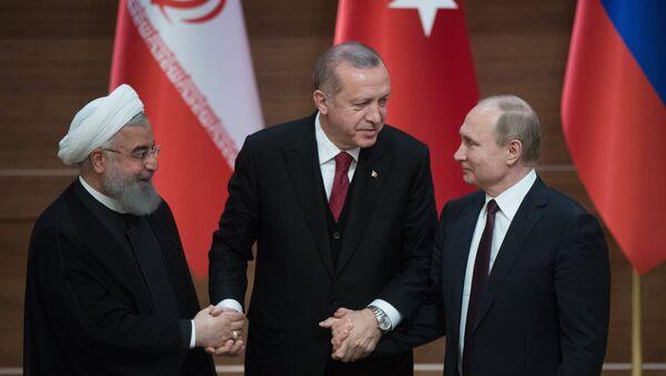 Prezident RF Vladimir Putin, prezident Turetskoy Respubliki Redjep Tayip Erdogan i prezident Islamskoy Respubliki Iran Xasan Ruxani - Sputnik Oʻzbekiston