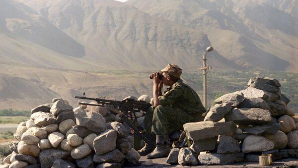 Солдат Вооруженных сил Таджикистана на границе с Афганистаном, архивное фото - Sputnik Узбекистан