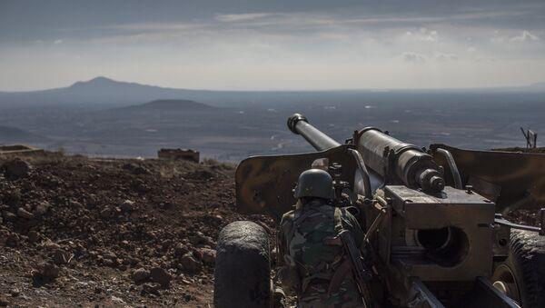 Военнослужащий Сирийской арабской армии (САА) на огневой позиции - Sputnik Ўзбекистон