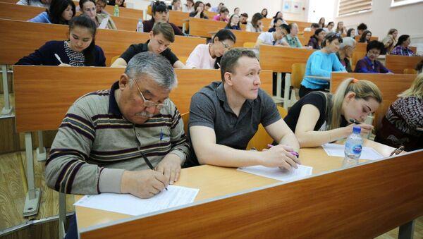Aktsiya Totalnыy diktant v Tashkente - Sputnik Oʻzbekiston