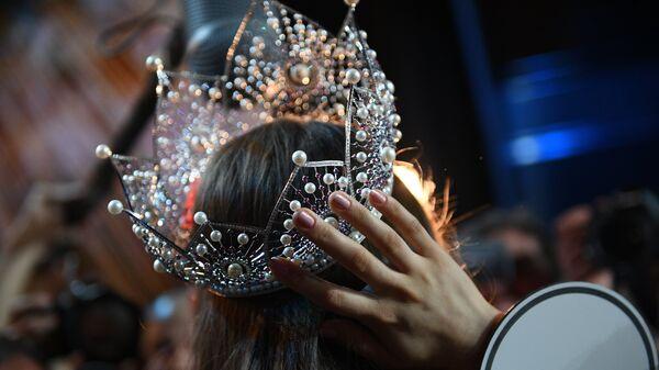 Корона победительницы конкурса красоты - Sputnik Ўзбекистон