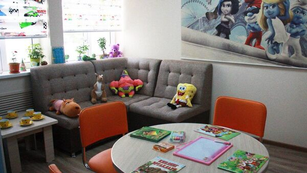 Интерьер одной из специальных комнат для допроса обустроен под детскую игровую комнату - Sputnik Узбекистан