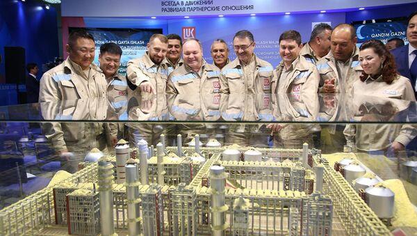 Команда строителей на фоне макета Кандымского ГПК - Sputnik Узбекистан
