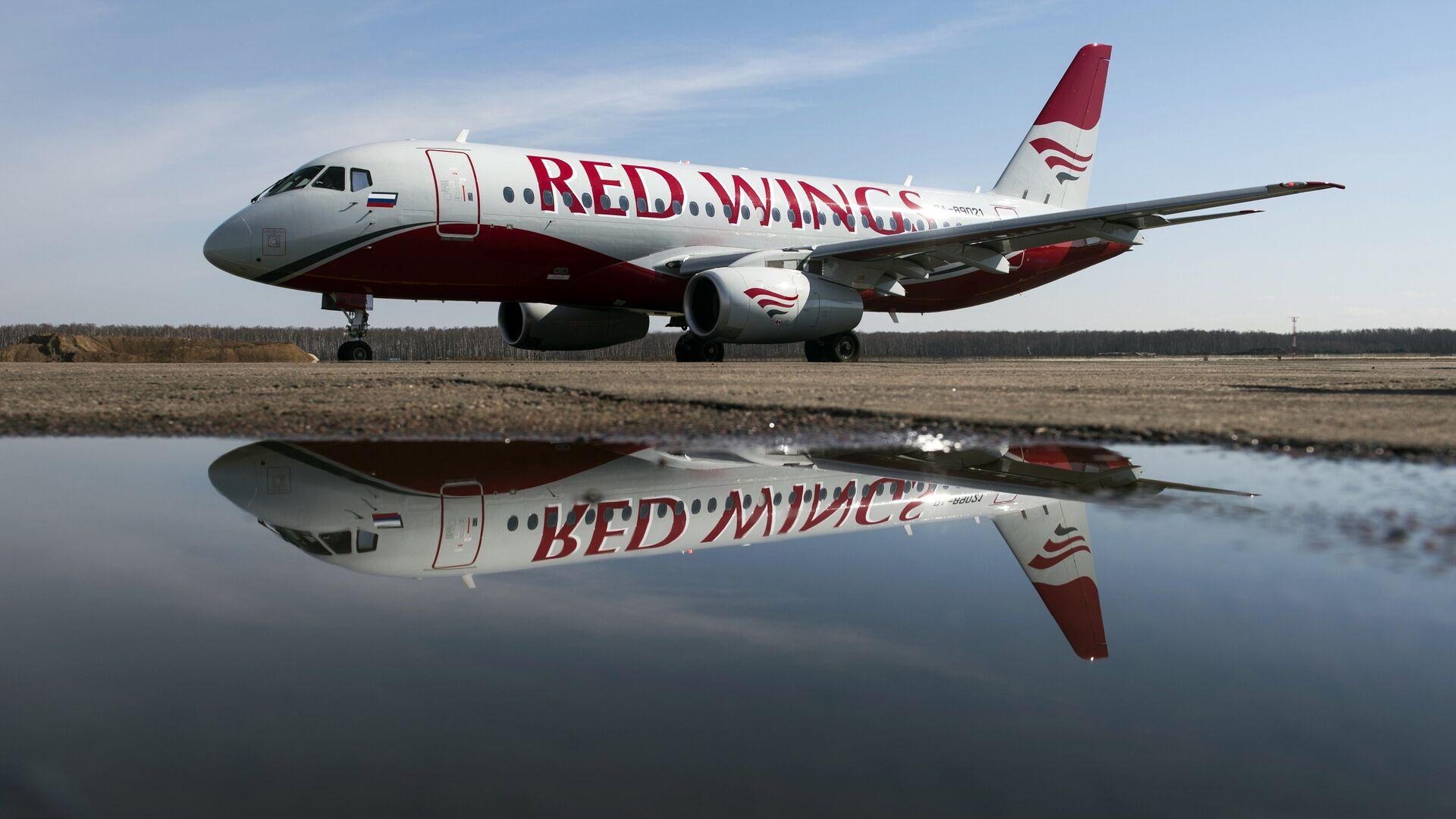 Самолёт авиакомпании Red Wings в аэропорту Домодедово. - Sputnik Узбекистан, 1920, 13.10.2021