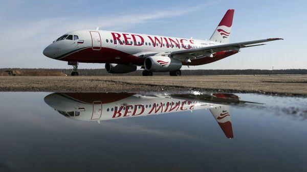 Самолёт авиакомпании Red Wings в аэропорту Домодедово. - Sputnik Узбекистан