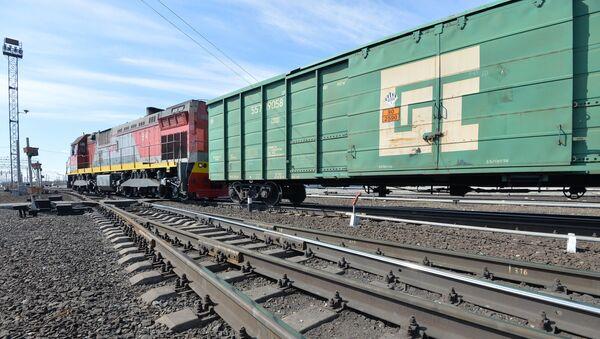 Тепловоз с грузовыми вагонами - Sputnik Ўзбекистон
