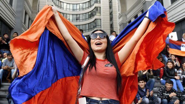 Участница акции протеста сторонников оппозиции в Ереване - Sputnik Узбекистан