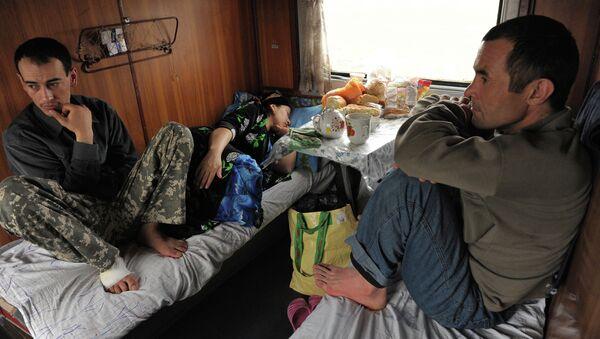 Таджикские трудовые мигранты в вагоне поезда Москва-Душанбе - Sputnik Ўзбекистон