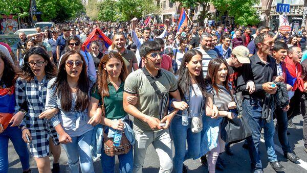 Шествие протестующих на улице Амиряна (25 апреля 2018). Ереван - Sputnik Узбекистан