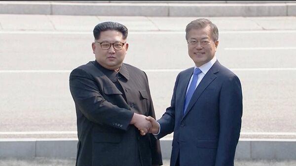 Лидеры КНДР и Южной Кореи Ким Чен Ын и Мун Чжэ Ин - Sputnik Ўзбекистон