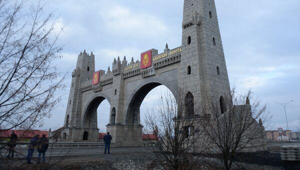 Арка Аланские ворота при въезде в город Магас. - Sputnik Узбекистан