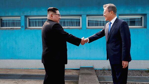 Liderы KNDR i Yujnoy Korei Kim Chen Ыn i Mun Chje In  - Sputnik Oʻzbekiston