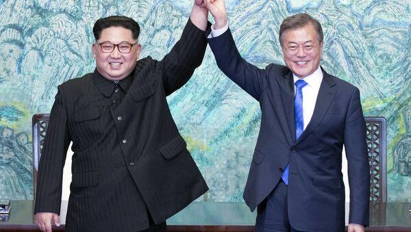 Лидеры КНДР и Южной Кореи Ким Чен Ын и Мун Чжэ Ин - Sputnik Узбекистан
