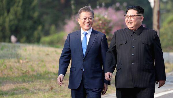 КХДР етакчиси Ким Чен Ин ва Жанубий Корея президенти Мун Чжэ Ин - Sputnik Ўзбекистон
