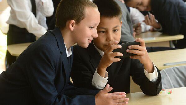 Школьники во время перемены, архивное фото - Sputnik Узбекистан