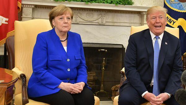 Президент США Дональд Трамп и канцлер Германии Ангела Меркель во время встречи в Вашингтоне - Sputnik Ўзбекистон