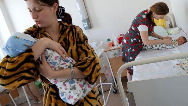 Молодые мамы в послеродовом отделении - Sputnik Ўзбекистон
