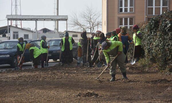 Dvorniki na ulitse v Dushanbe, arxivnoye foto - Sputnik Oʻzbekiston