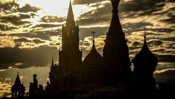 Вид на Спасскую башню Московского кремля и храм Василия Блаженного со стороны парка Зарядье в Москве - Sputnik Ўзбекистон