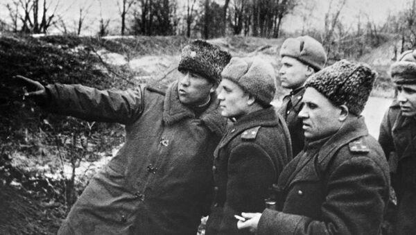General-mayor Sabir Umar-oglы Raximov (sleva) ukazыvayet artilleristam sektor ognya. Raximov pogib 26 marta 1945 goda - Sputnik Oʻzbekiston