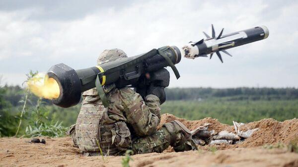 Американский военный производит выстрел из противотанкового ракетного комплекса (ПТРК) Javelin - Sputnik Узбекистан