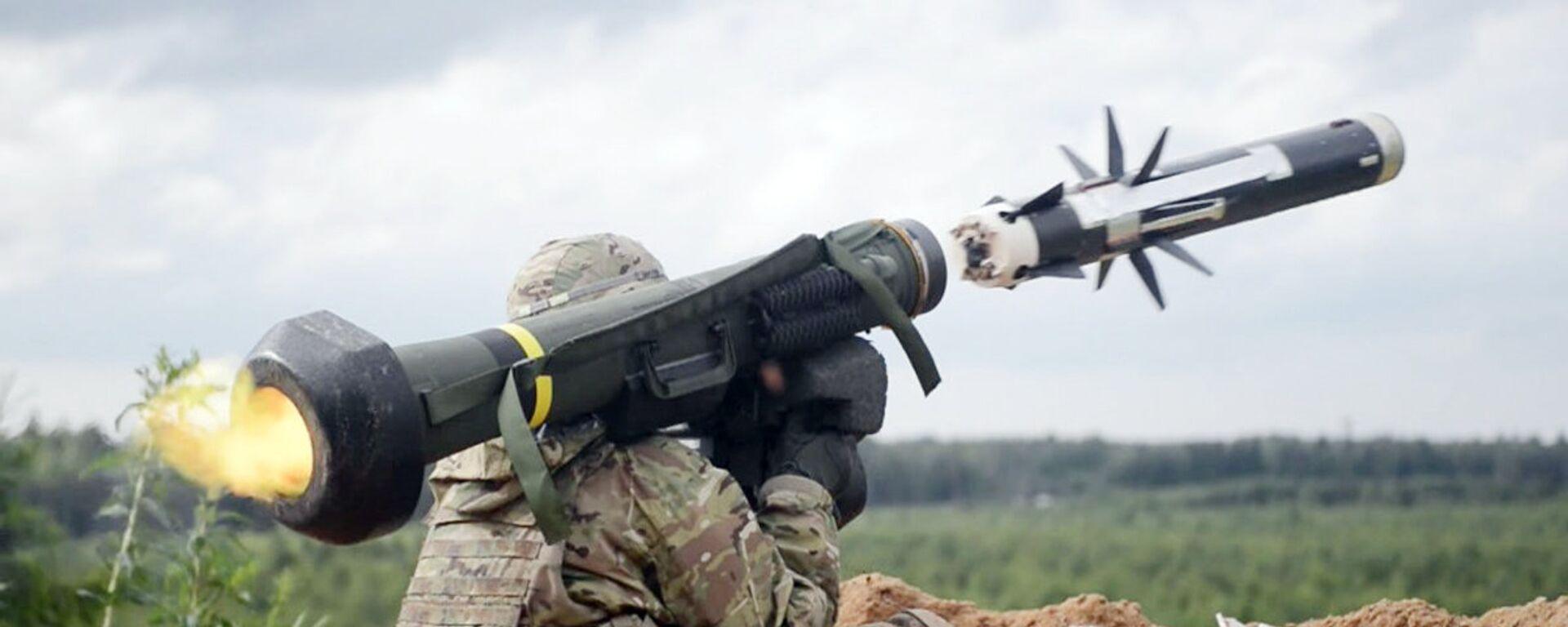 Американский военный производит выстрел из противотанкового ракетного комплекса (ПТРК) Javelin - Sputnik Ўзбекистон, 1920, 28.04.2021