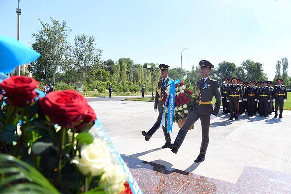 Возложение цветов к памятнику генералу С. Рахимову - Sputnik Узбекистан