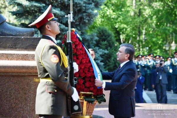 Президент Шавкат Мирзиёев почтил память павших - Sputnik Узбекистан