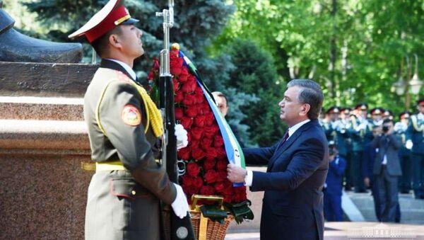 Президент Шавкат Мирзиёев почтил память павших - Sputnik Ўзбекистон