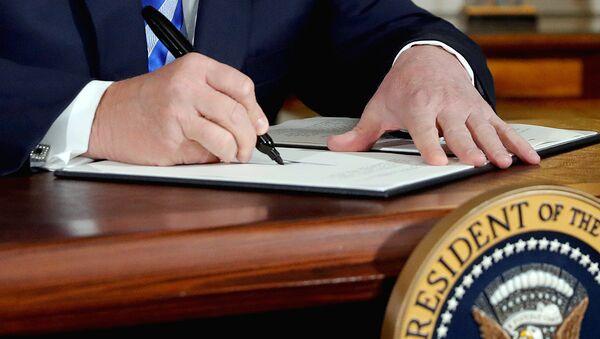 Prezident SSHA Donald Tramp podpisыvayet proklamatsiyu o vыxode iz yadernoy sdelki s Iranom - Sputnik Oʻzbekiston