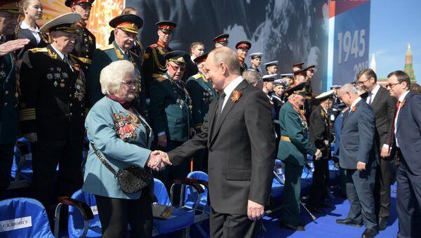 Президент РФ В.Путин и премьер-министр РФ Д.Медведев на военном параде в честь 73-й годовщины Победы в ВОВ - Sputnik Узбекистан
