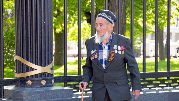 Ветеран перед возложением цветов к вечному огню в Москве - Sputnik Узбекистан