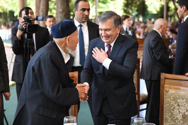 Президент Узбекистана поздравляет ветерана Второй мировой войны - Sputnik Узбекистан