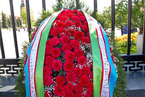 Цветы от посольства Узбекистана в РФ для возложения к Вечному огню - Sputnik Узбекистан