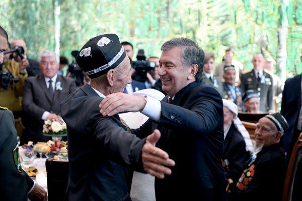 Президент Узбекистана Шавкат Мирзиёев обнимает ветерана Второй мировой войны - Sputnik Узбекистан