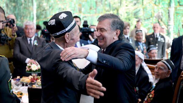 Президент Узбекистана Шавкат Мирзиёев обнимает ветерана Второй мировой войны - Sputnik Ўзбекистон
