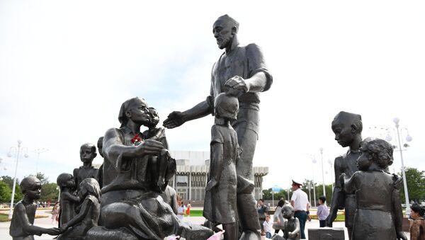 Памятник семье Шамахмудова вернулся на историческое место - Sputnik Ўзбекистон