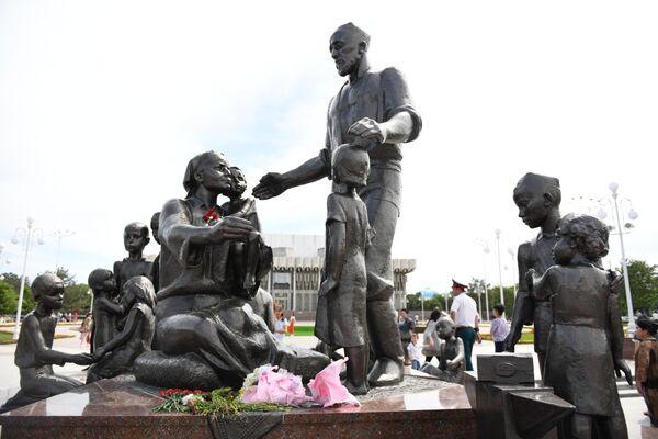 Памятник семье Шамахмудова вернулся на историческое место - Sputnik Узбекистан