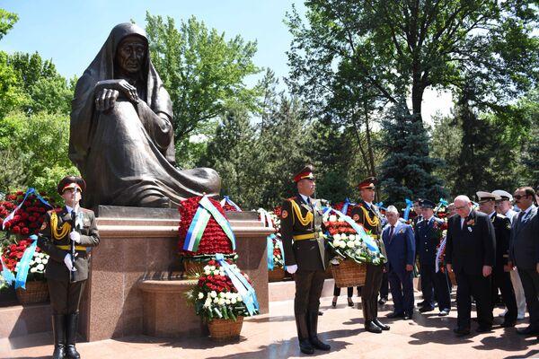 Посол России Владимир Тюрденев принял участие в возложении цветов к мемориалу Скорбящая мать - Sputnik Узбекистан