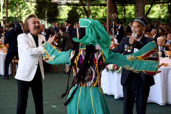 Народный артист Узбекистана Фаррух Закиров на торжествах в честь 9 мая - Sputnik Узбекистан