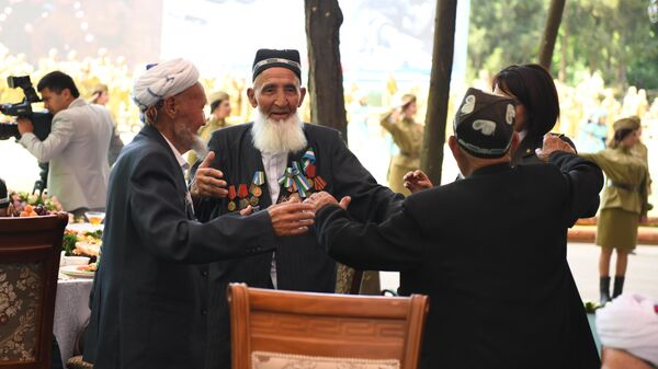 Ветераны войны танцуют на празднике 9 мая в Ташкенте - Sputnik Узбекистан
