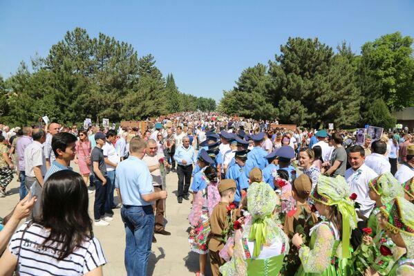 Комплекс Братские могилы в Ташкенте 9 мая посетили свыше 10 тысяч человек - Sputnik Узбекистан