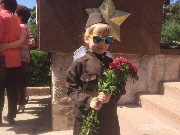 Среди пришедших 9 мая на Волгоградское кладбище было много детей, одетых в форму военных лет - Sputnik Узбекистан