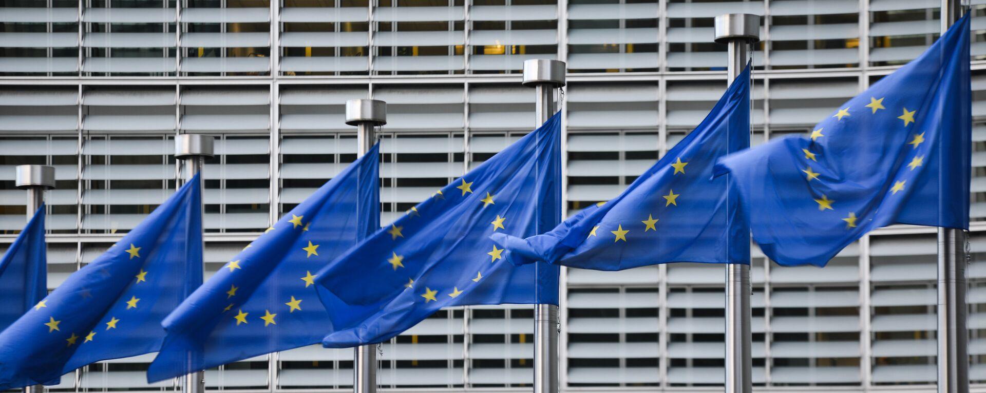 Флаги Евросоюза у здания штаб-квартиры Европейской комиссии в Брюсселе - Sputnik Узбекистан, 1920, 01.12.2020