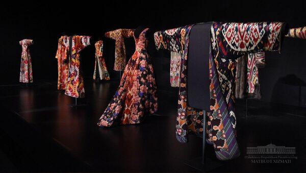 Коллекция одежды из атласа и адраса в Вашингтонской галерее Артура Саклера - Sputnik Узбекистан